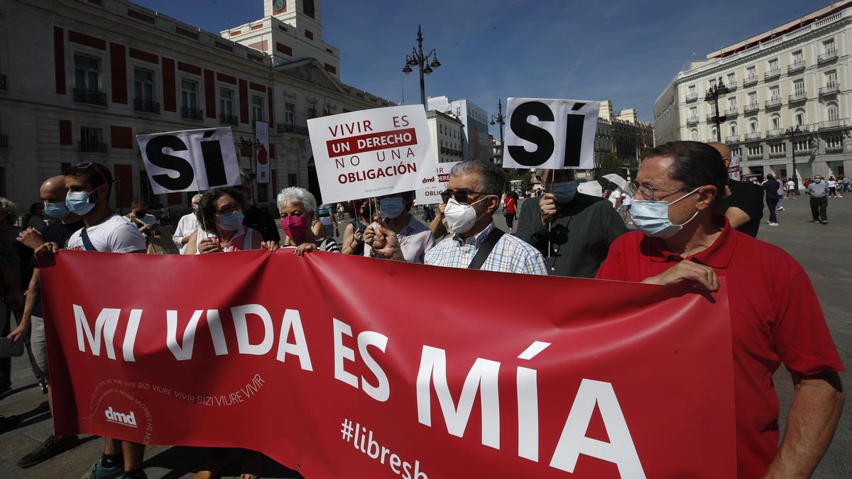 Activistas de la plataforma Derecho A Morir Dignamente participan en la concentración para celebrar la entrada en vigor de la ley deeutanasia este viernes en la Puerta del Sol deMadrid. EFE/Javier Lizón