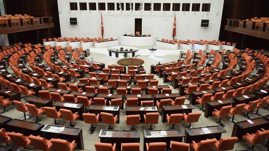 El Parlamento turco debate despojar a los diputados de su inmunidad