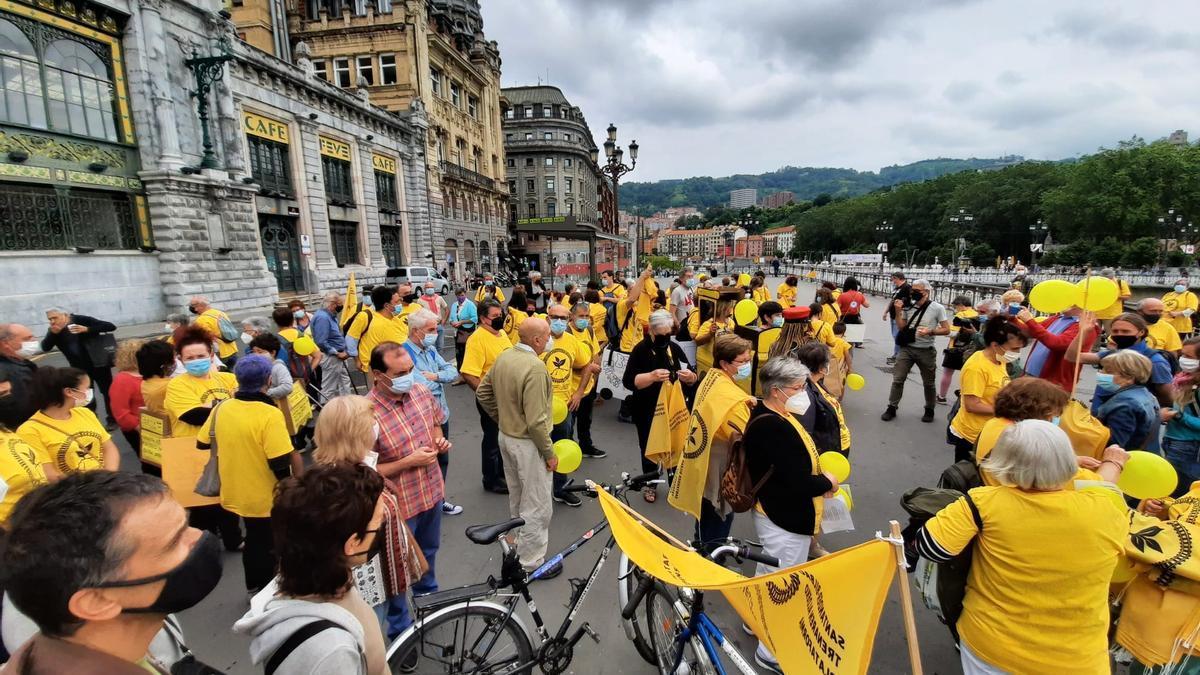 Manifestación en Bilbao reclamando más frecuencias en la línea Santander-Bilbao.