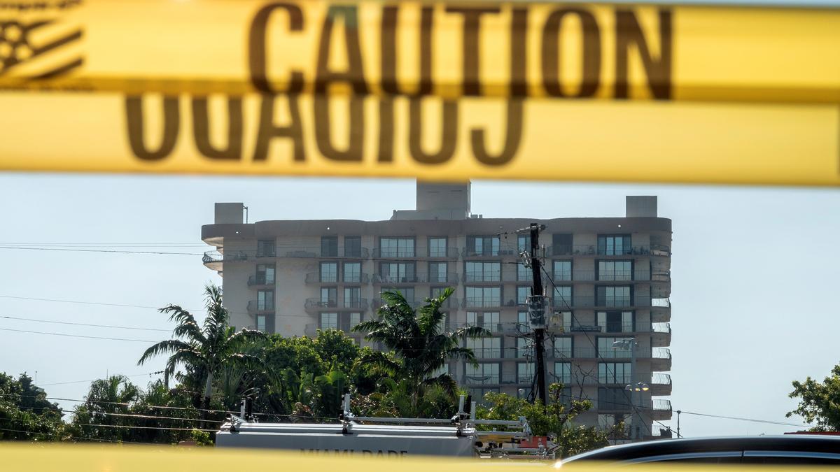 Vista del edificio residencial en Surfside (Miami-Dade) que sufrió un derrumbe el pasado 24 de junio. Las autoridades locales han decidido demoler con explosivos la parte que restante de este complejo residencial, acelerando el proceso a causa de la llegada de la tormenta tropical Elsa.