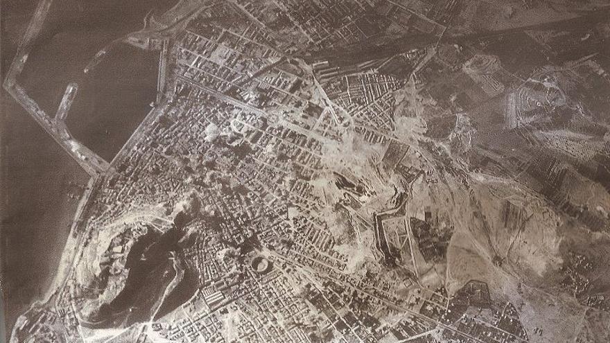 Imagen aérea del bombardeo cedida por el Departamento de Memoria Histórica y Democrática del Ayuntamiento de Alicante
