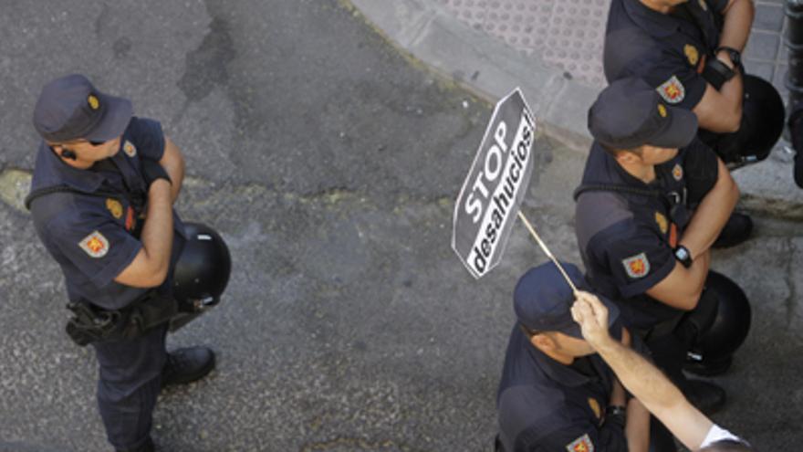 Policías frente a quienes intentan detener un desahucio /EFE