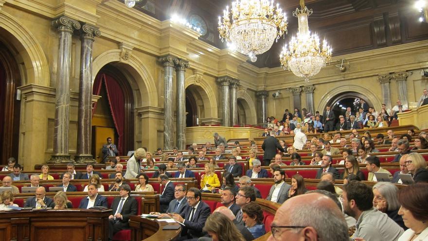 JxSí ovaciona a Borràs en el Parlament tras la querella de Fiscalía por la compra de urnas