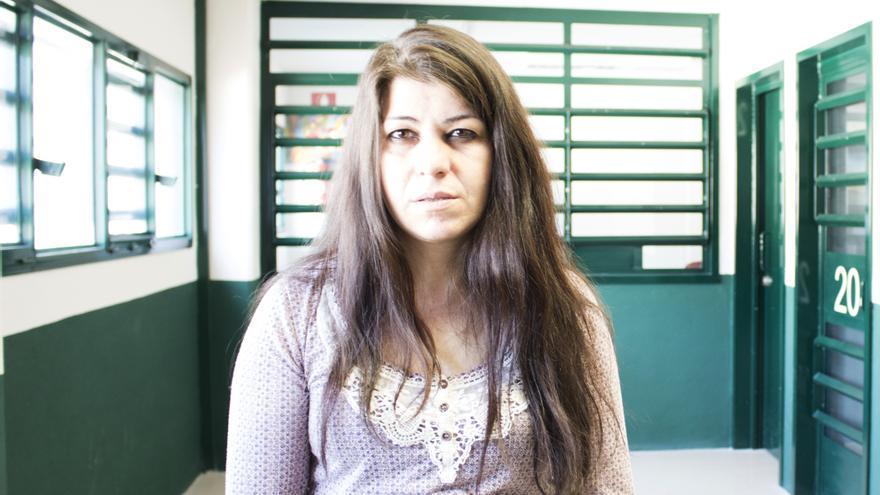 Retrato de una de las mujeres privadas de libertad que ha participado en los talleres de fotografía de la cárcel de Zaballa.