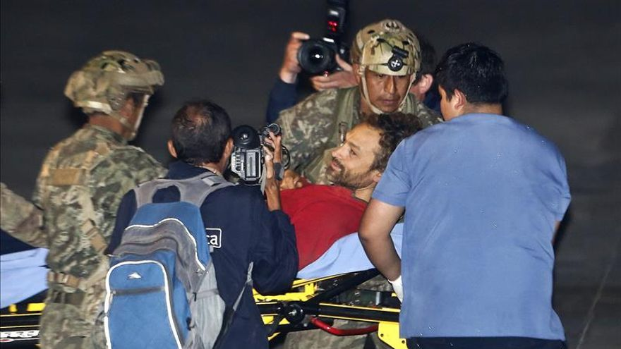 Cecilio López tras ser rescatado de la cueva (EFE).