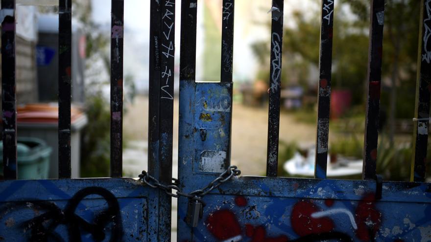 Verja y candado en la puerta de acceso al Solar Maravillas, en Madrid que se encontraba okupado y que fue recuperado por el Ayuntamiento.
