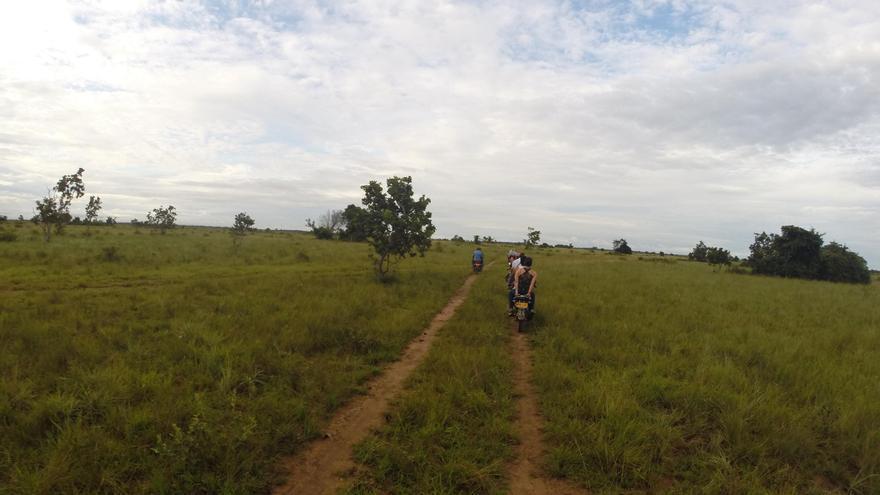 Campesinos recorren en motocicleta las plantaciones de El Porvenir. Foto: Amnistía Internacional