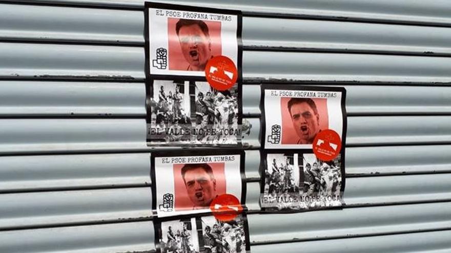Pegatinas pegadas en la sede del PSOE de Cehegín (Murcia)