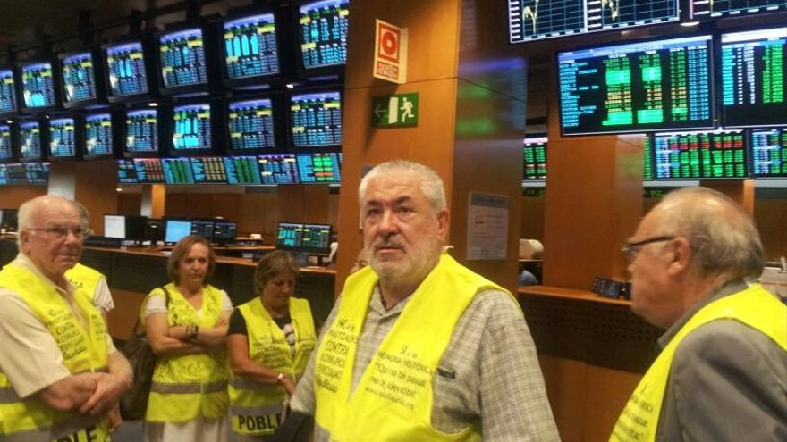 Ataviados con chalecos amarillos, los yayoflautas han estado en el parqué barcelonés. Foto: @iaioflautas