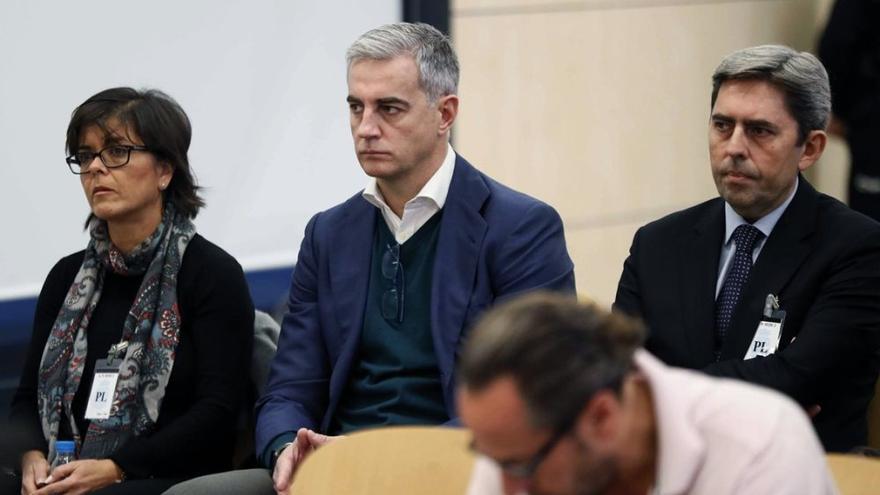 Ricardo Costa, en el centro, entre Yolanda García y Vicente Rambla en el juicio por la financiación ilegal del PP valenciano