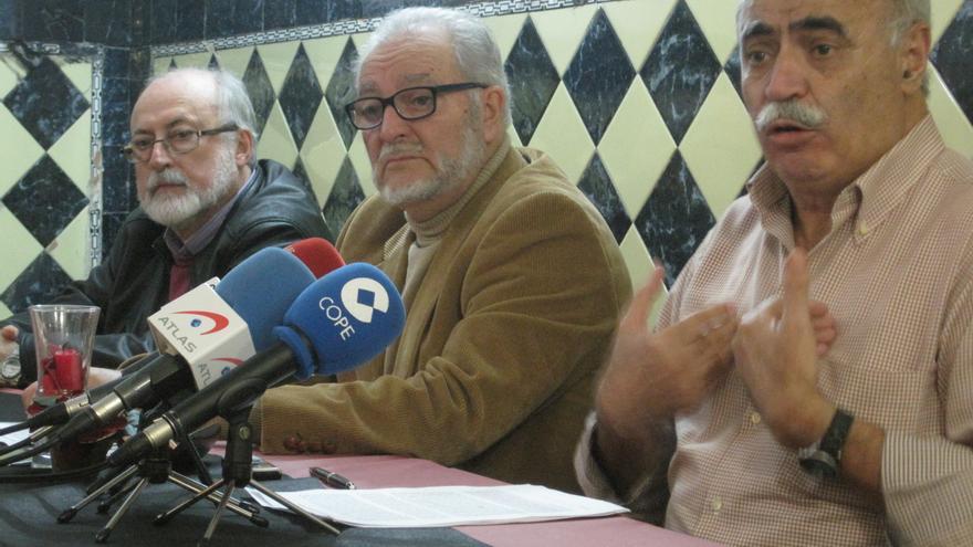 Julio Anguita junto al ex alcalde de Carmona, Sebastián Martín Recio, y al economista miembro de IU, Pedro Montes, firmantes del Manifiesto por una Democracia Soberana.