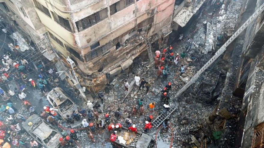 Un centenar de muertos en un incendio en Bangladesh