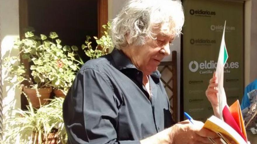 Paco Ibáñez firmando los carteles de su concierto en el set de eldiario.es de Castilla-La Mancha