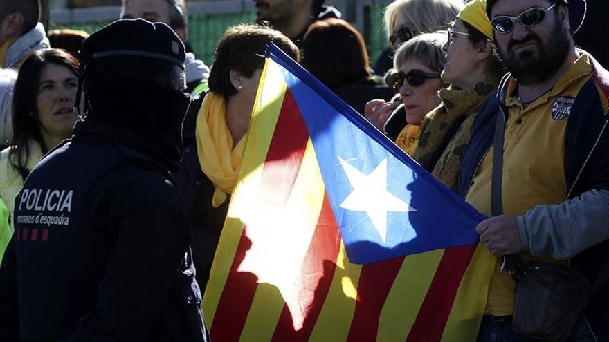 Una 150 personas piden la libertad de los presos frente al acto de Rajoy en Salou