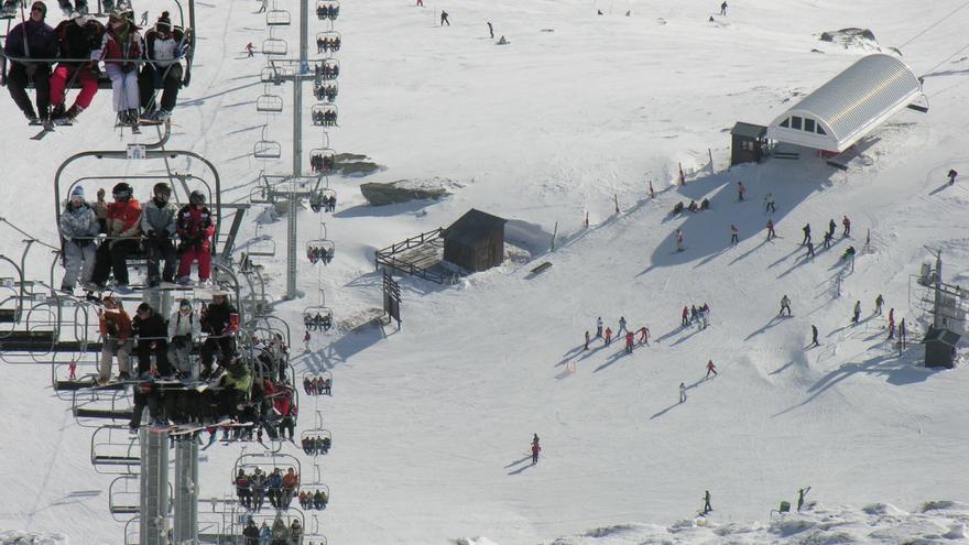 Los nuevos cañones de nieve de Alto Campoo tienen como objetivo aumentar el número de esquiadores.   Foto: CANTUR