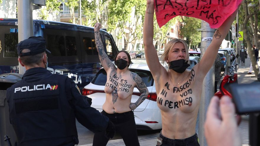 """Activistas de Femen protestan frente al colegio electoral de Rocío Monasterio al grito de """"¡Al fascismo, ni voto ni permiso!"""""""
