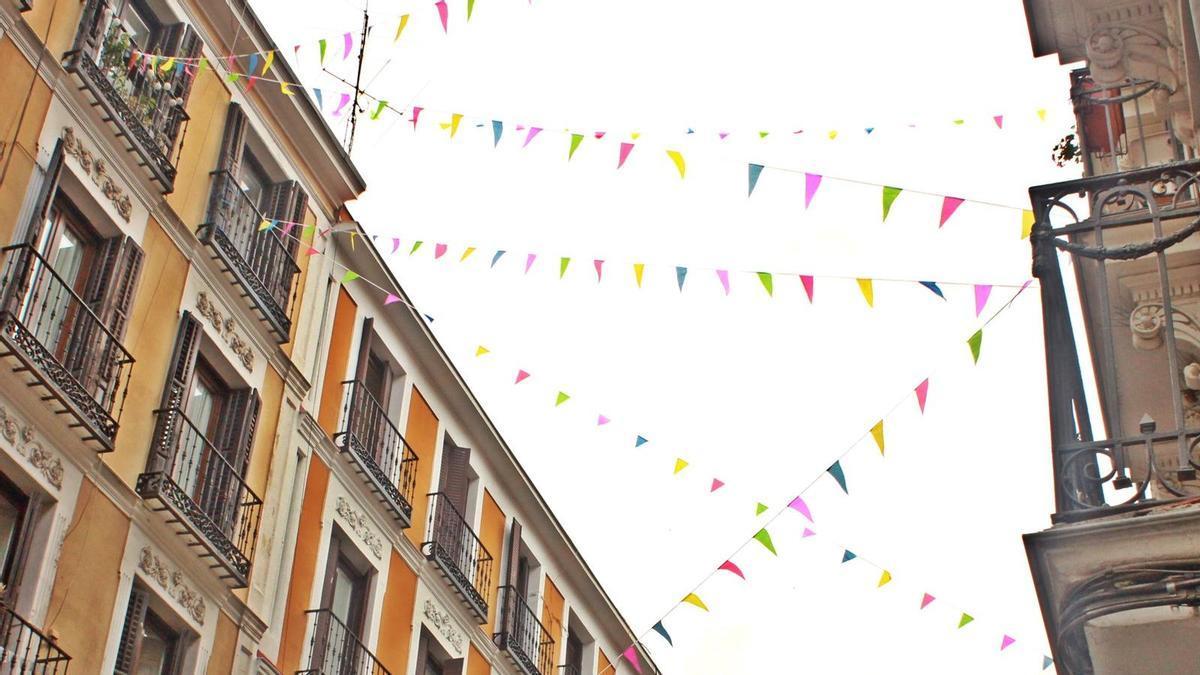 Banderines en la calle Ruiz durante las Fiestas del Dos de Mayo 2020