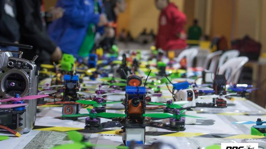 Algunos pilotos diseñan sus propios chasis y montan sus drones de competición