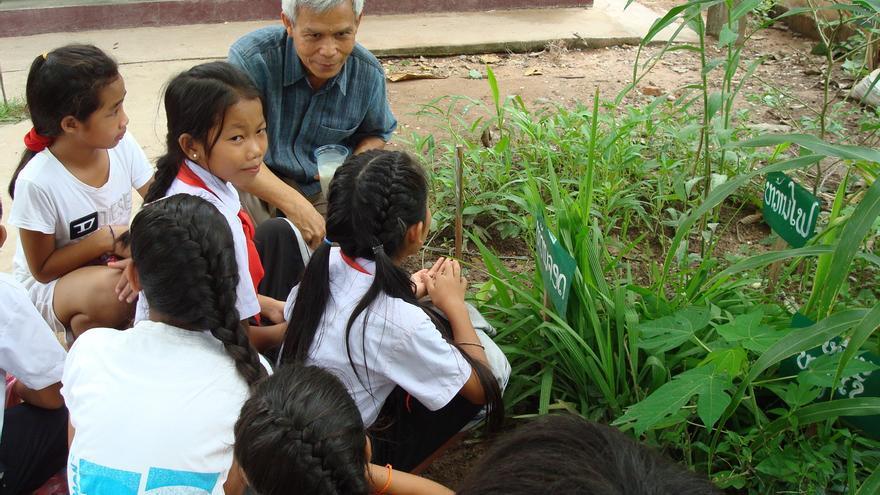 La educación de los más jóvenes era una de las obsesiones de Sombath Somphone, al fondo de la imagen. | Foto: Cortesía de Ng Shui-Meng.