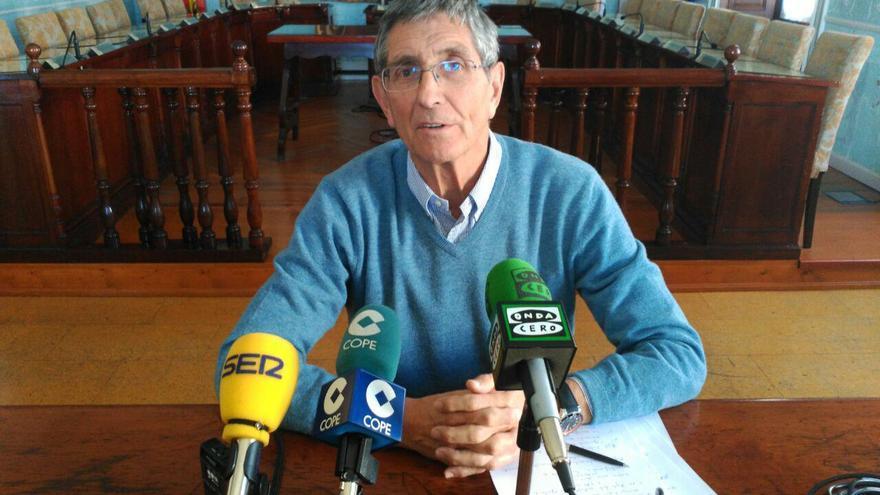 Ángel Díaz-Munío, alcalde de Castro Urdiales, durante la rueda de prensa.  