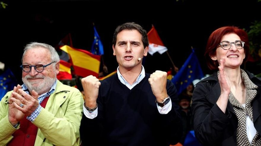 Rivera, en un acto la pasada campaña con Fernando Savater y Maite Pagazaurtundua.