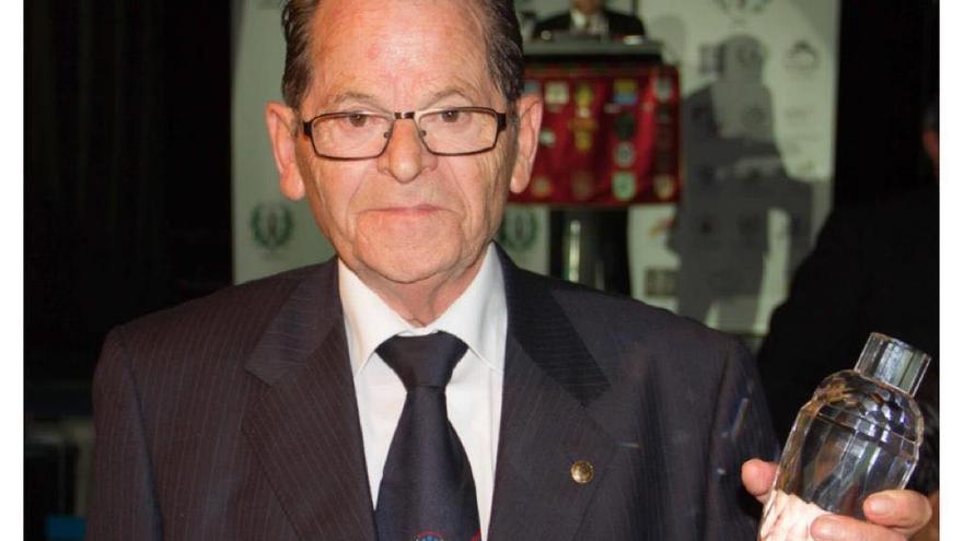René recogiendo el trofeo por sus 50 años de barman