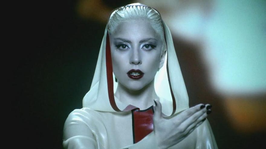 """Lady Gaga en un fragmento del videoclip de su canción """"Alejandro""""."""