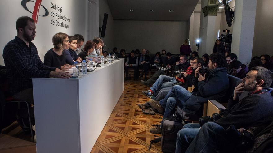 De izquierda a derecha, Dani Vilaró (Amnistía Interacional), Laia Serra (comisión de defensa), Silvia Villulla (compañera de Patricia Heras), Rodrigo Lanza (condenado por el caso 4F), Mariana Huidobro (madre de Rodrigo) y Xapo Ortega (codirector del documental).