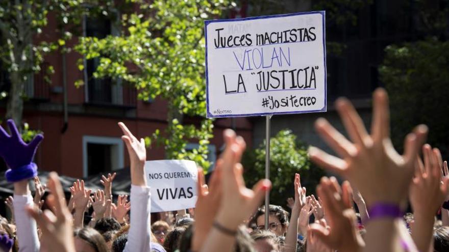 """Feministas critican irresponsabilidad por publicar datos de la víctima de """"La Manada"""""""