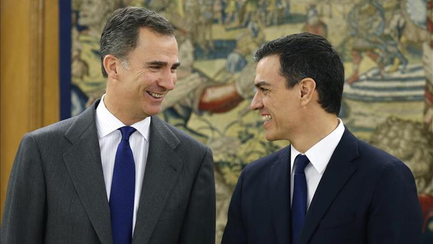 Pedro Sánchez con el rey en una de las rondas de consultas para la investidura.