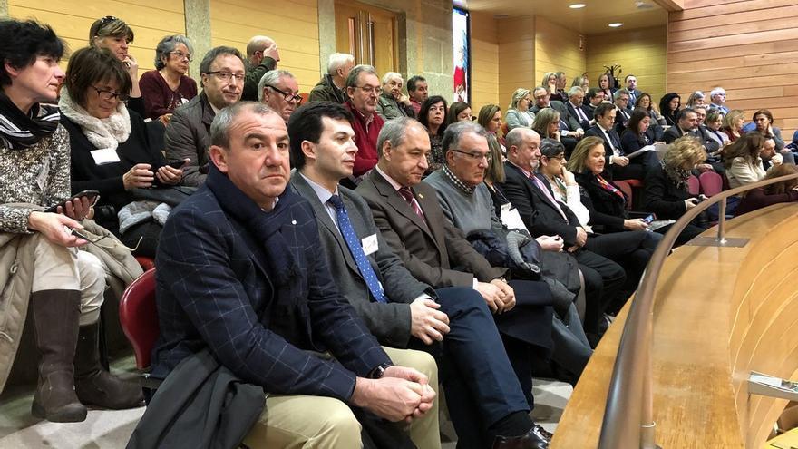 Alcaldes de municipios afectados por la reforma, el presidente de la Diputación de Lugo y el secretario general del PSdeG, durante el pleno