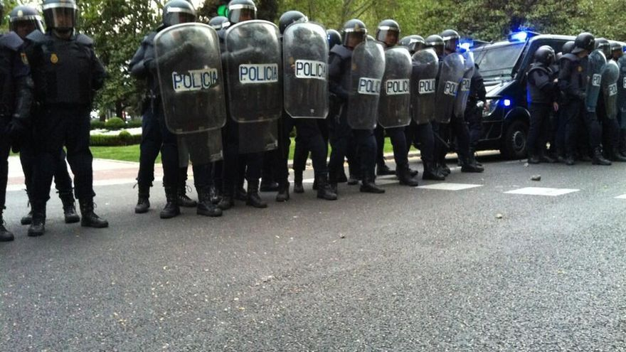La Policía en el Paseo del Prado. En el suelo, adoquines. / @anderinaki