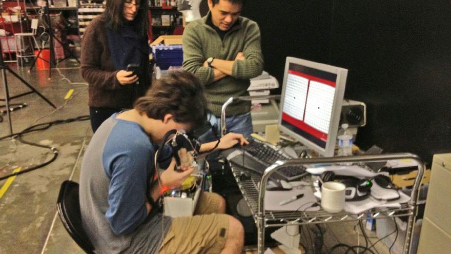 Nonny de la Peña, Palmer Luckey y Thai Phan, en el laboratorio de Mark Bolas en 2011-2012