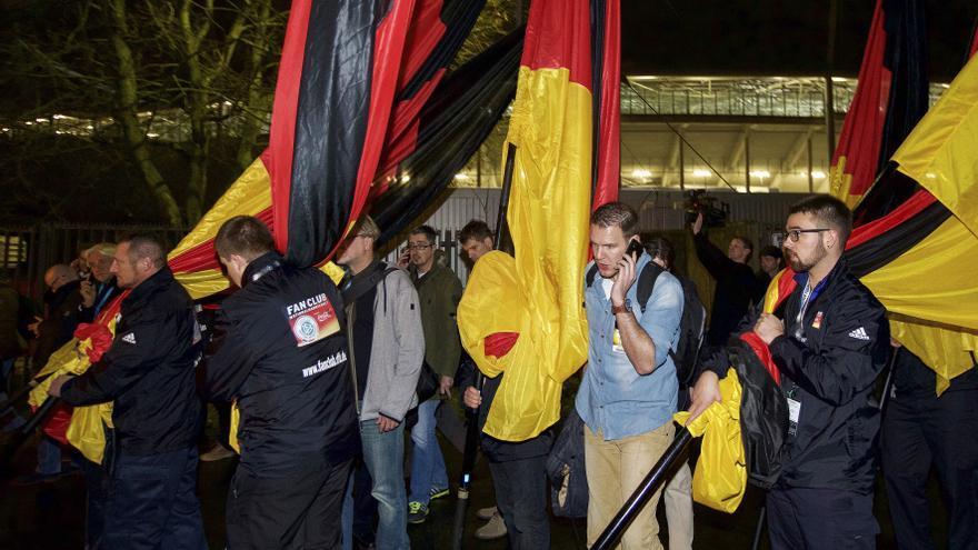 Aficionados alemanes salen del estadio de Hannover / Press/Newscom/lafototeca.com