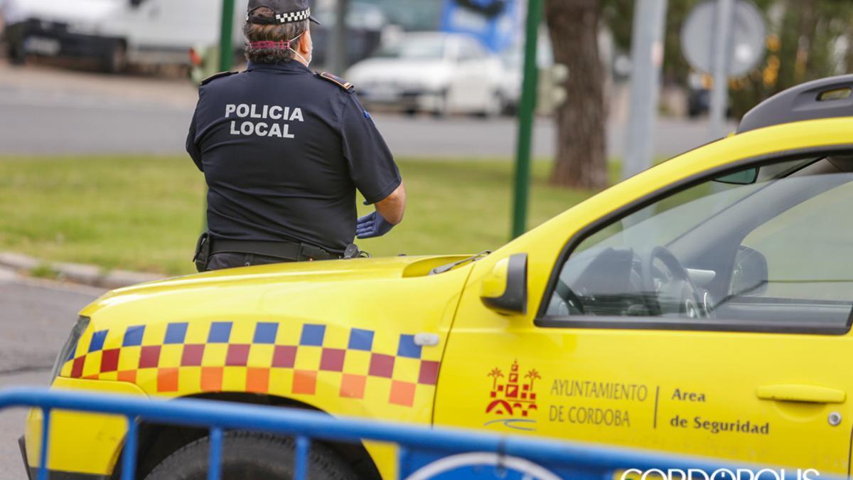 Un agente de la Policía Local | ÁLEX GALLEGOS