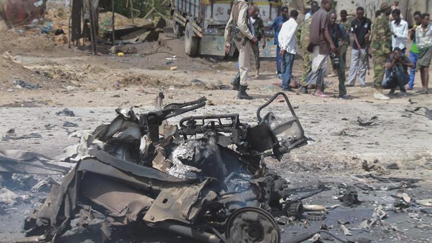 Al menos cinco muertos en un atentado con coche bomba en Mogadiscio