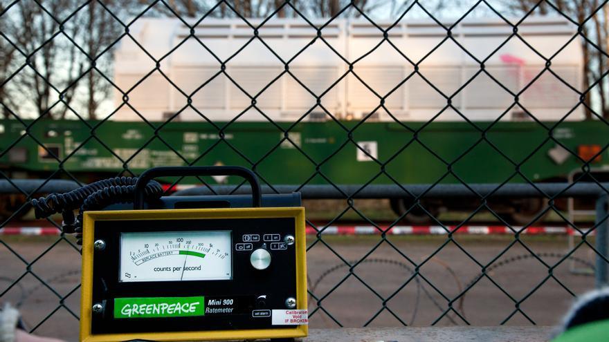 Expertos de Greenpeace miden la radioactividad durante una carga de residuos nucleares