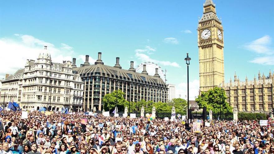 """Con banderas de la UE, miles de personas marchan en Londres contra el """"brexit"""""""