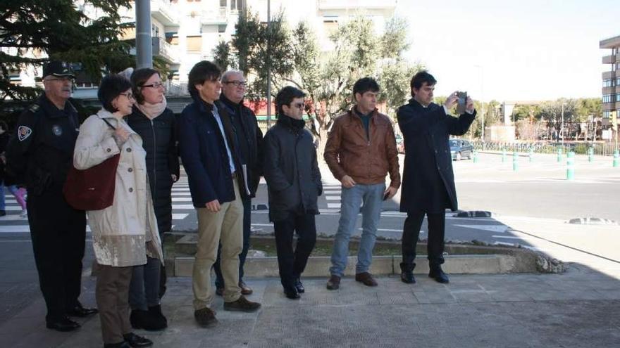 El alcalde de Huesca, Luis Felipe (tercero por la derecha), en una visita al paseo