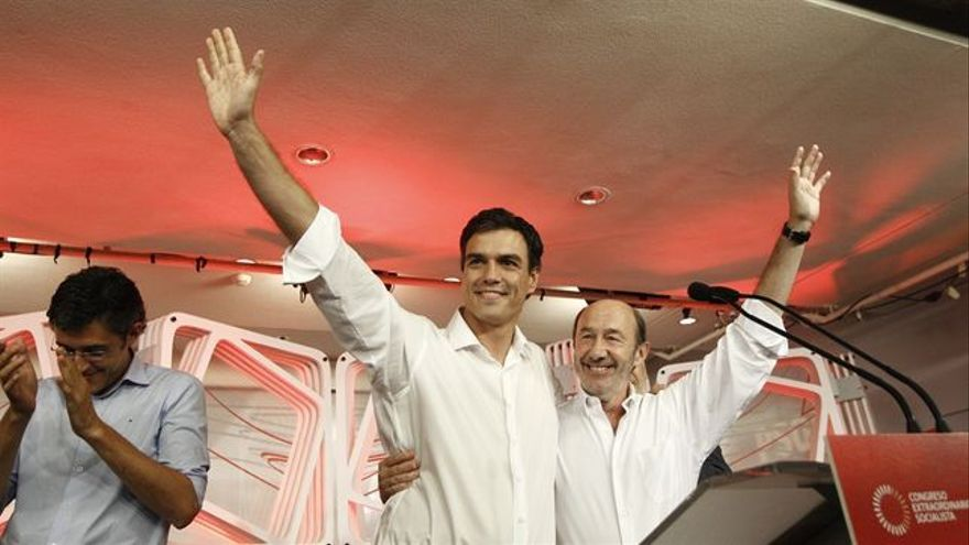 Pedro Sánchez junto a Alfredo Pérez Rubalcaba celebran su victoria.