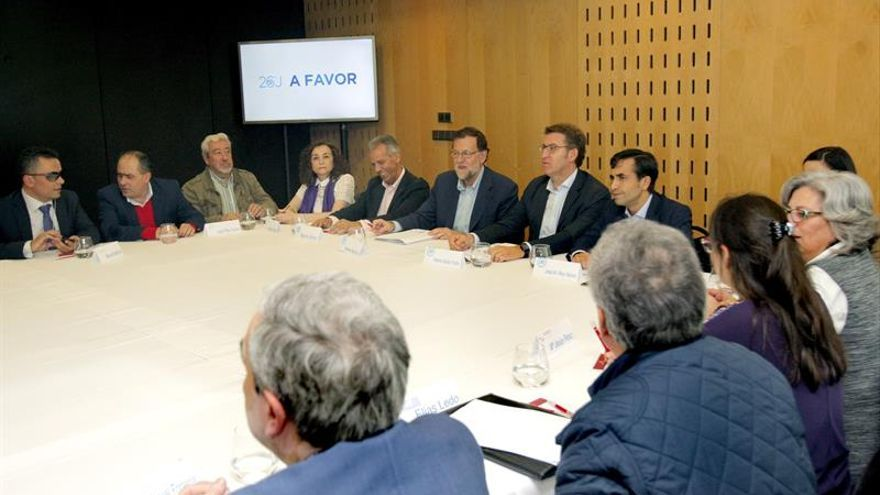 Rajoy se reúne con oenegés en Santiago de Compostela antes del mitin central en Pontevedra