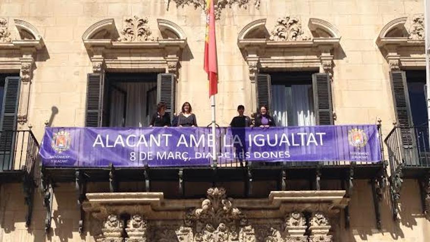 Cartel anunciador de las actividades del Día de la Mujer en el balcón del Ayuntamiento