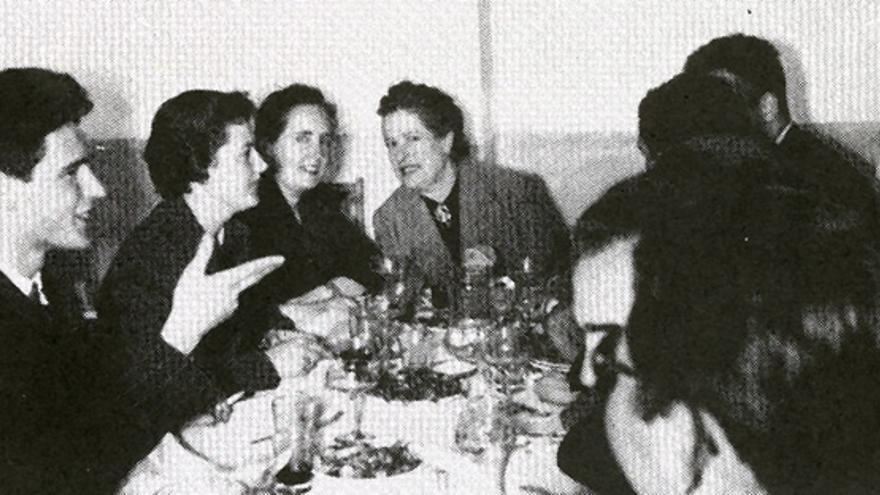 María entre Carmen Conde y Pepita Sáez en un Congreso