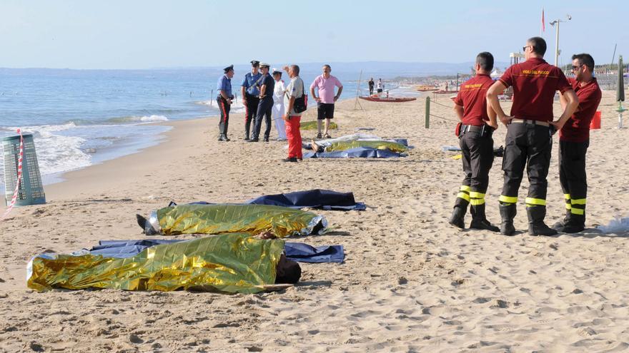 Cuerpos sin vida de seis migrantes ahogados, según funcionarios de la Guardia Costera italiana, después de que su barco encallase en un banco de arena y tratasen de nadar a la orilla, cerca de Catania el 10 de agosto de 2013./ Fotografía: Carmelo Imbesi (AP)