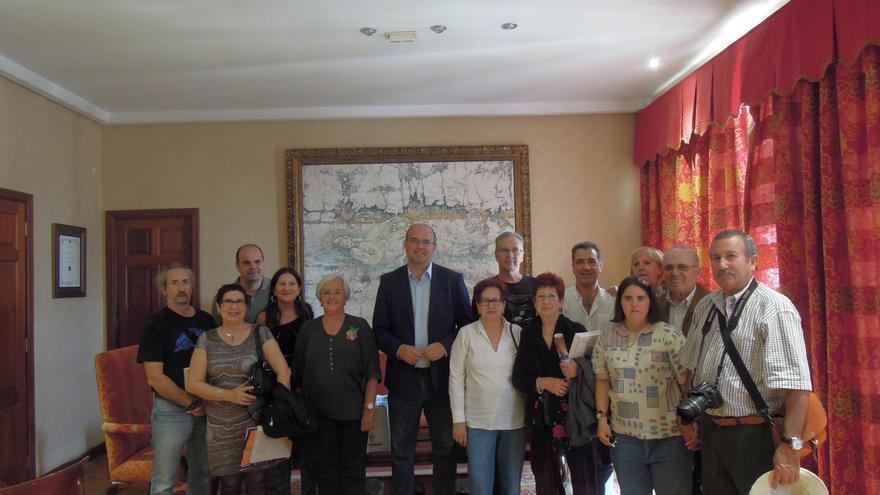 Los familiares de Quero junto al presidente del Cabildo, la consejera insular de Cultura y el autor de libro Manuel Poggio.