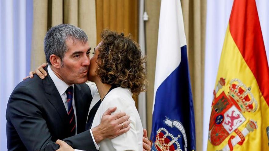 La ministra de Sanidad, Servicios Sociales e Igualdad, Dolors Monserrat, y el presidente del Gobierno de Canarias, Fernando Clavijo, durante la reunión que han mantenido en Madrid.