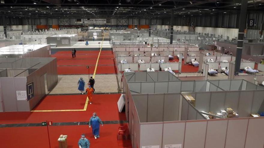 Vista general del pabellón 9 del centro de exposiciones Ifema, reconvertido en hospital temporal, durante la puesta en marcha de las primeras UCIs, este miércoles, en Madrid.