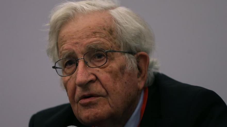 "Chomsky afirma que Lula debería ser candidato ""por derecho"" en Brasil"