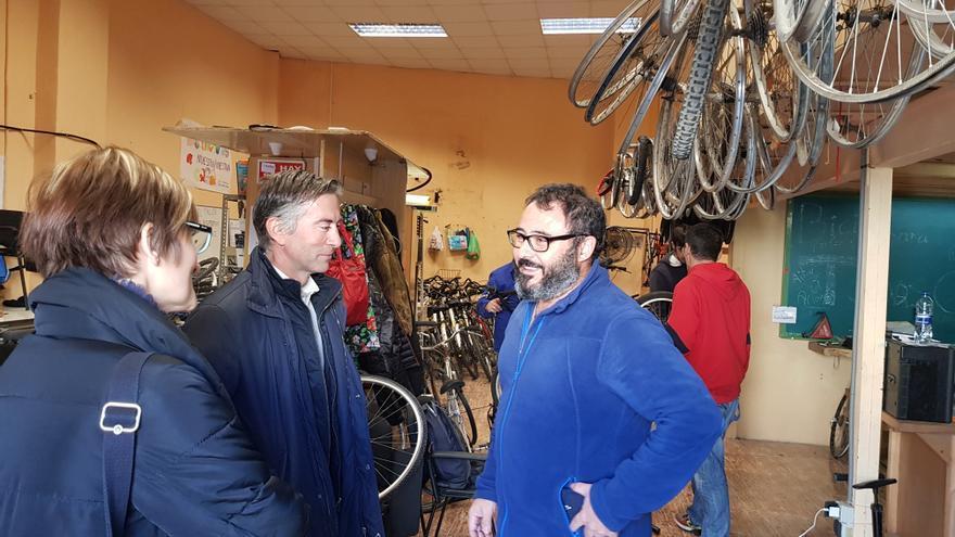 El gerente de Aigües de l'Horta visita el proyecto 'Bicis para todas'