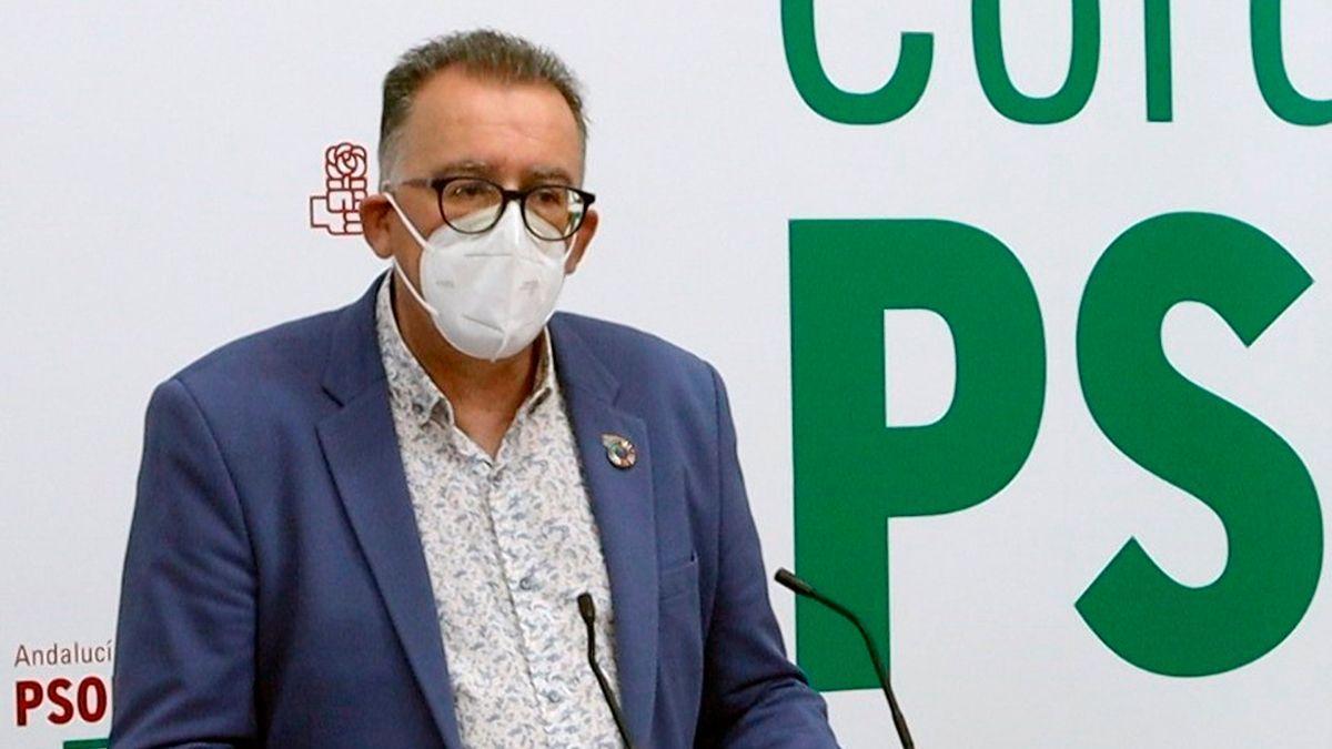 El miembro de la Comisión Ejecutiva Provincial del PSOE, Juan Díaz, en la sede de su partido.